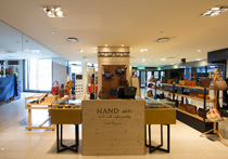 Hand iin POP UP STORE